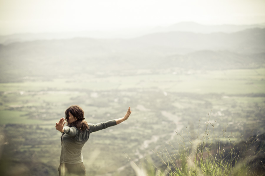 girl, we traveland blog, flying, field, hill, view, landscape, http://wetravelandblog.com