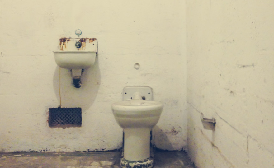 alcatraz, toilet, shitty room, poor accomodation, travel, san fransisco, freedom, jail, prison, http://wetravelandblog.com