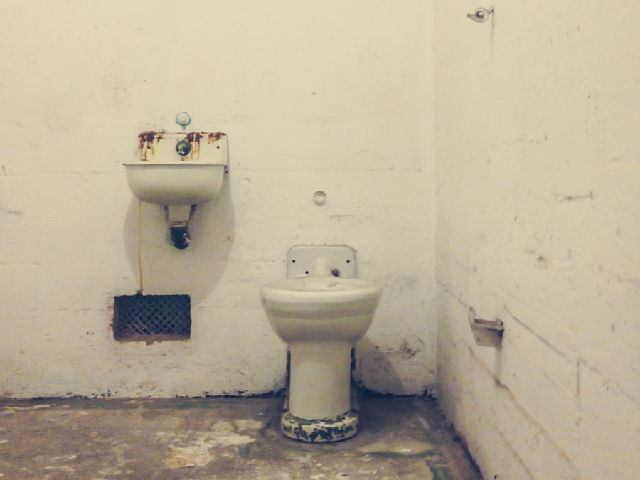 alcatraz, toilet, shitty room, poor accomodation, travel, san fransisco, freedom, jail, prison, http://wetravelandblog.com